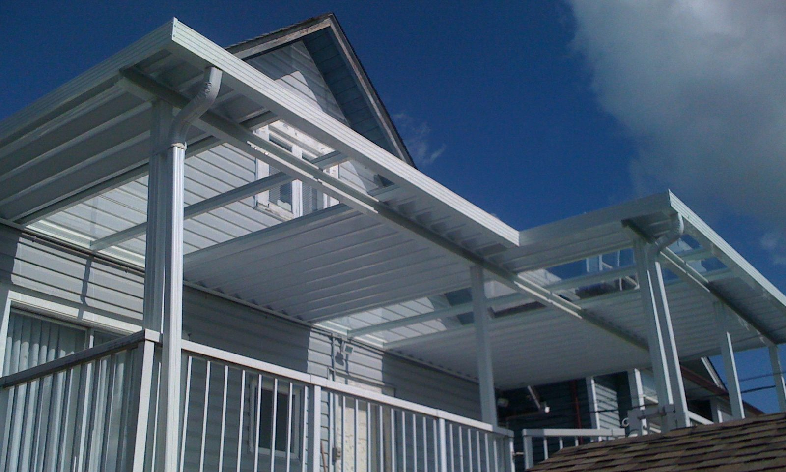 Custom white aluminum and glass patio cover | Citywide Sundecks and Railings